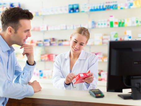 Atendente de farmácia: salário, formação, funções e carga horária