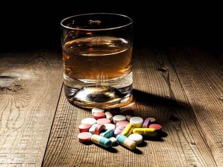 Álcool e remédio é proibido? Conheça todos os riscos envolvidos