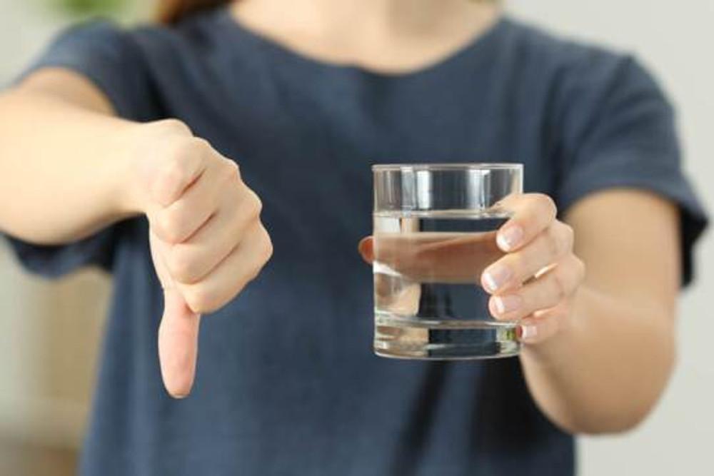 evitar água na cólica renal