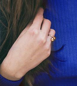 yüzük kolye küpe momento jewellery kadın eli