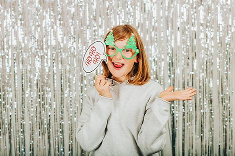 jeune femme, rousse, accessoire photobooth, lunette sapin, sourire, fond argent brillant, flash studio, brive