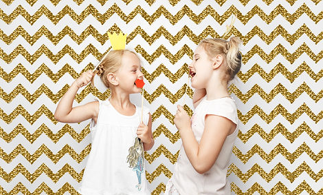 enfants, photobooth, courone roi, fond or, moustaches, sourires, blonde
