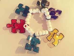 Kidfunideas.com Autism awareness bracelet craft picture of the bracelet finished