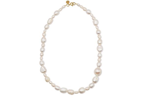 Perlenkette mit unterschiedlich großen Perlen