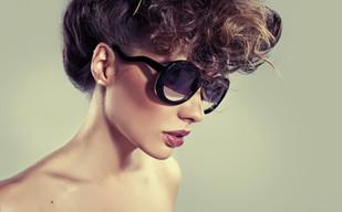 Modello in occhiali da sole