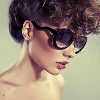 Modelo en gafas de sol