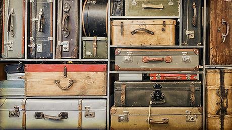Weinlese-Gepäck in Regalen