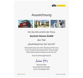 sto AG überreicht Urkunde an Malerbetrieb Anstrich Heinen aus Heinsberg