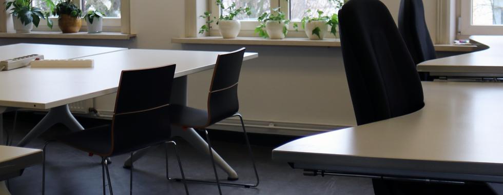 Een co-working met verstelbare tafels
