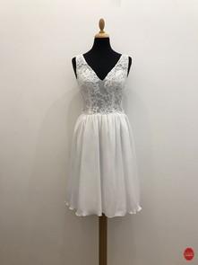 Robe de mariée courte avec une encolure