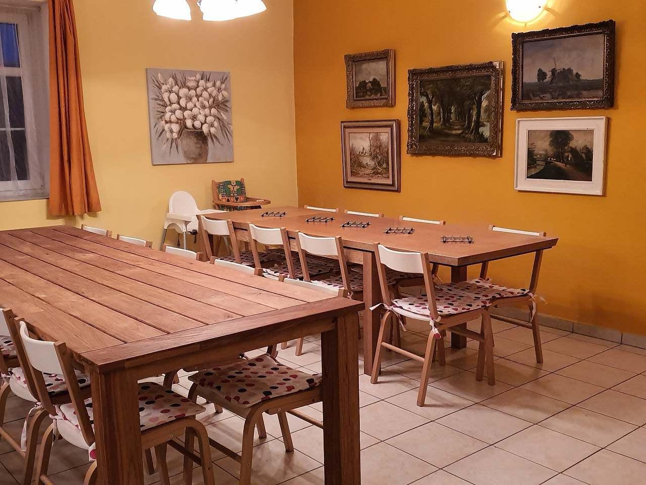 chalupa-racov-obyvaci-pokoj-jidelni-stol