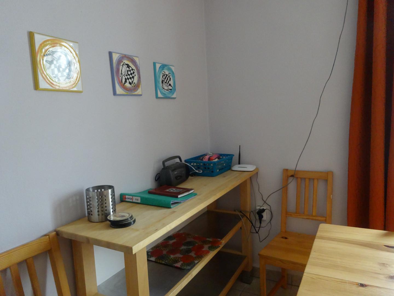 pridavny-stolek-nedrazice