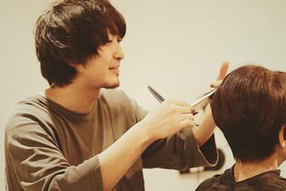 「僕のカットがキッカケになれると思います」くせ毛カットの得意なくせ毛の美容師・土佐勇斗