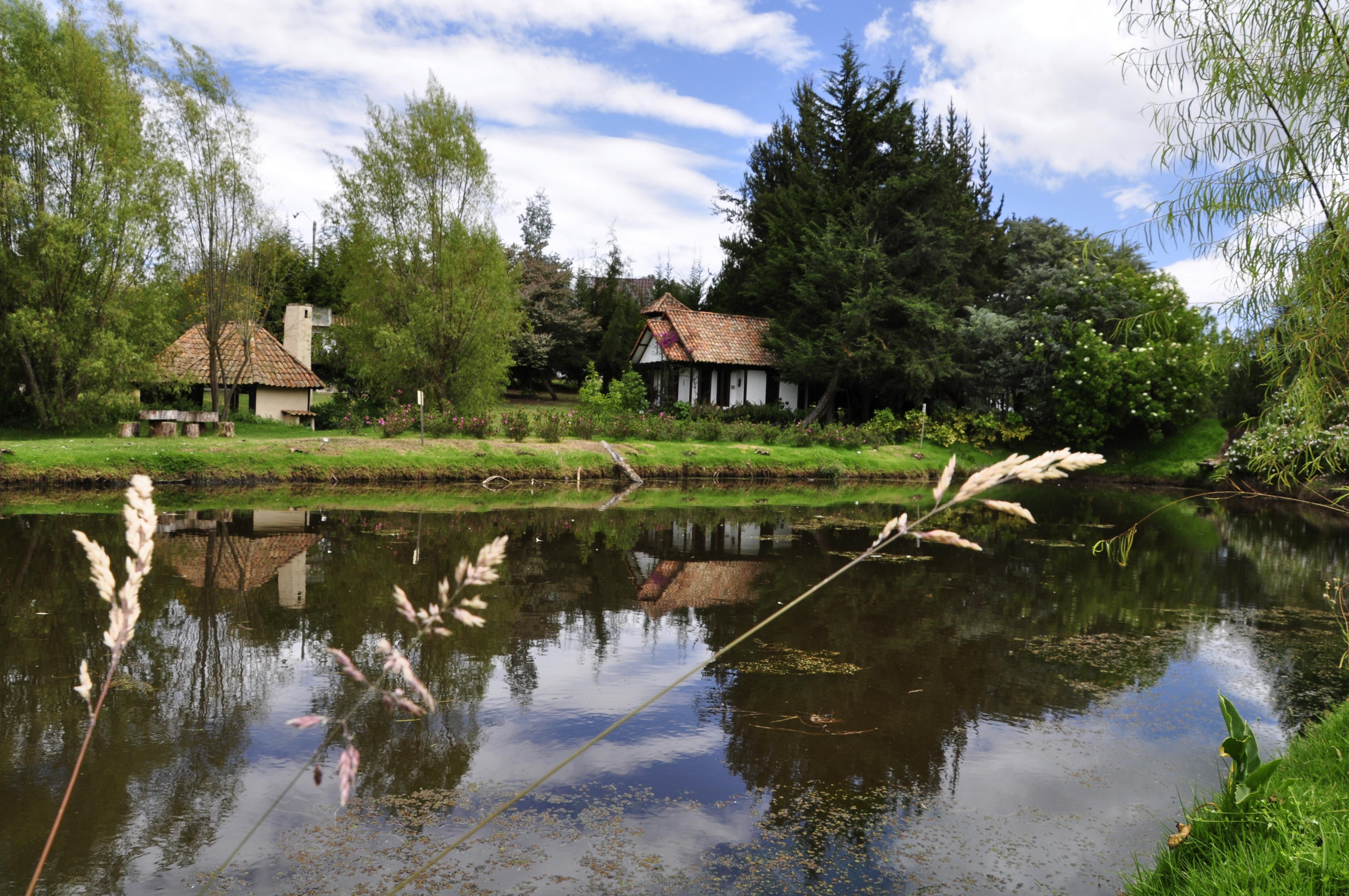 Vista desde el lago a la capilla