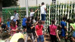 תלמידים שותלים קיר ירוק בית ספר הגפן