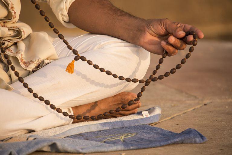 prayer-beads--a-man-meditating--varanasi