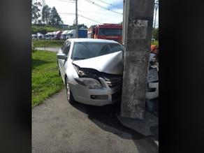 Motorista perde a direção e bate carro contra um poste em Quatro Barras