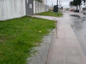 Água invade rua após problema em estação de tratamento em Campina