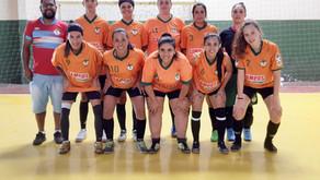 Campeãs: time de futsal feminino do Kakiense conquista taça