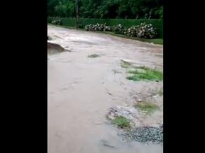 Chuvas causam alagamentos e erosão em rua de Campina