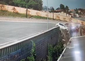 Motorista fica ferida após carro despencar de estacionamento em Colombo