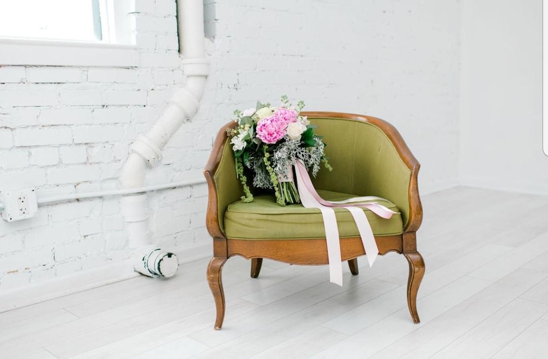 Green chair bouquet  leksi sterritt phot