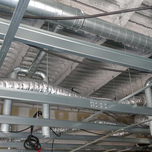 Installation des conduits d'aérations et gaines éléctriques avant placage.
