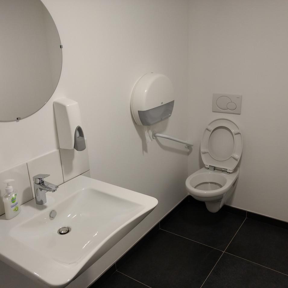 Toilettes aux normes en vigueur