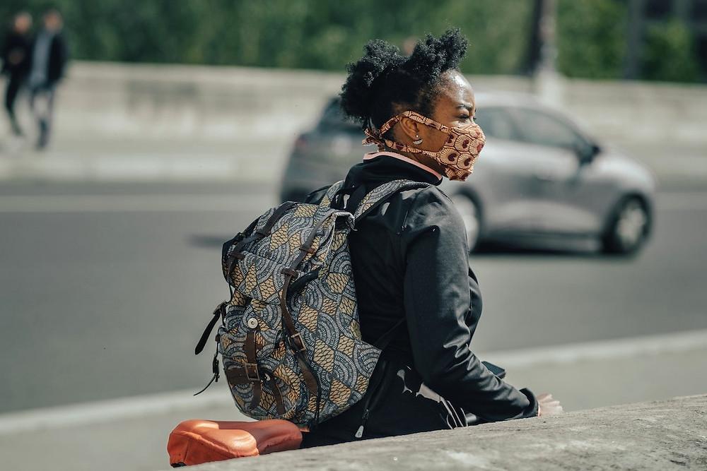 Mulher de máscara em Paris