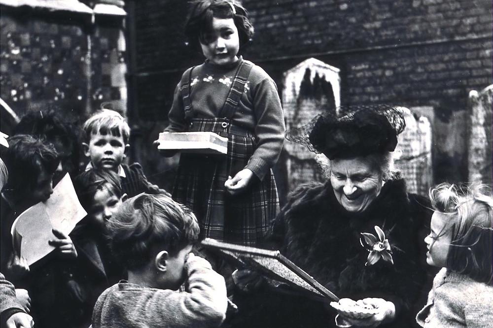 Maria Montessori e crianças