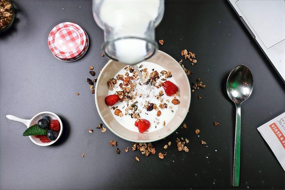 Cereal, frutas e leite