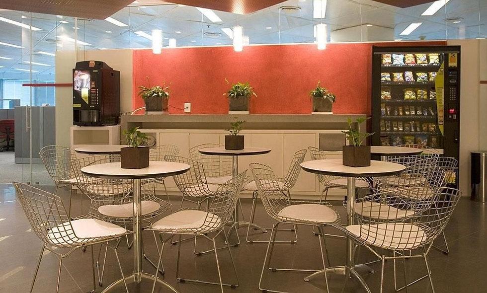 decoracao-comercial-lanchonete-com-mesa-branca-com-cadeira-de-ferro-artiunarqui-68632-proportional-h