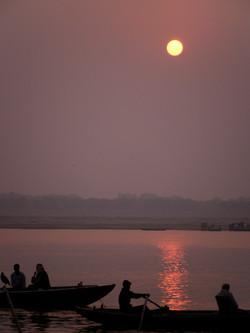 インド・ガンジス河から昇る朝日