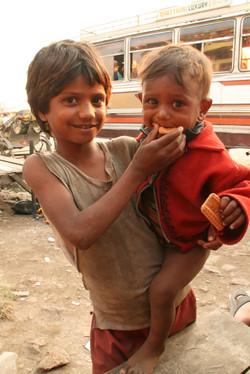 ネパール・インドとの国境に住む兄弟