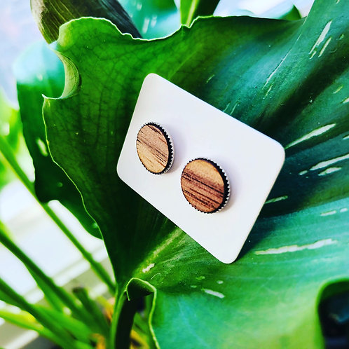 Minimalistic Wood Studs with Sawtooth Edging