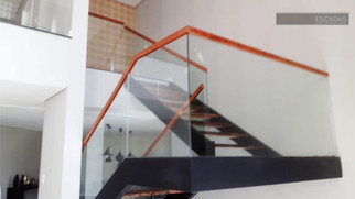 Escada metálica U em balanço