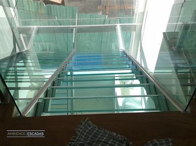 Degraus de vidro em escada reta U