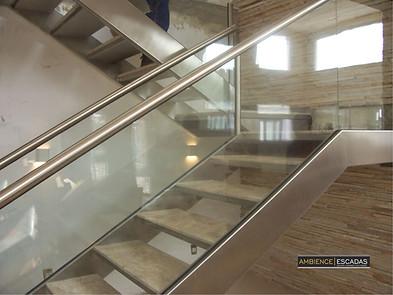 Detalhe escada inox vigas laterais