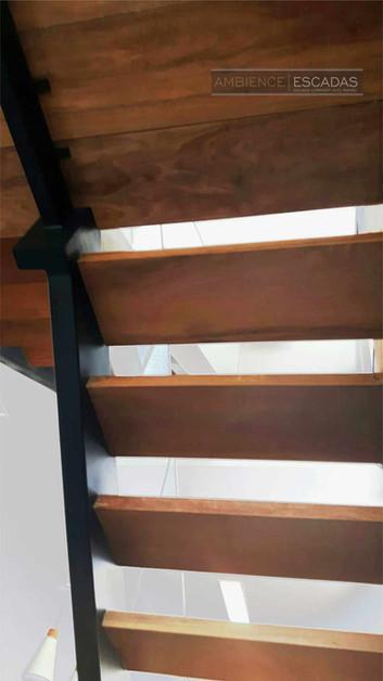 Vista inferior de degraus emmadeira de demolição em escada