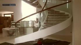 Vidros curvos em escada metálica