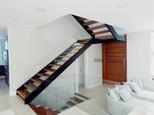 Escada de metal U com degraus em madeira
