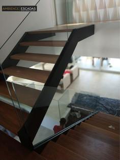 Guarda corpo de vidro em escada de metal