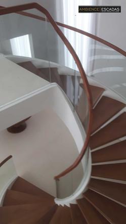 Vidros curvos extremos em escada