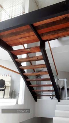 Escada em ferro preta com degraus em madeira