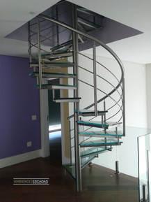 Escada caracol em inox e vidro