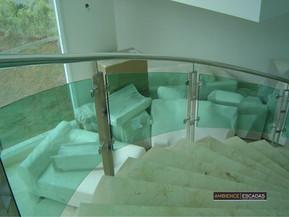 Vidro curvo verde escada