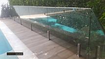 Guarda corpo em vidro em piscina