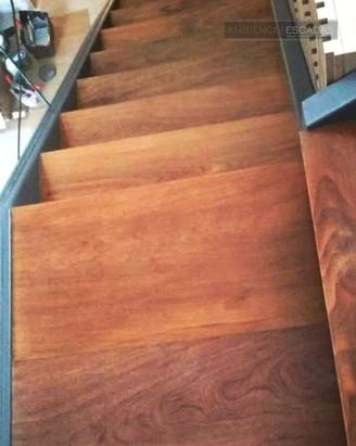 Patamar de madeira em escada metálica