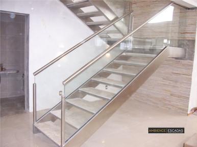 Escada inox com degrau em mármore