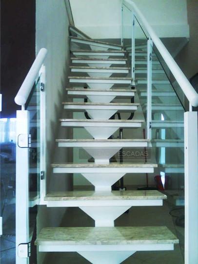 Escada reta espinha de peixe em ferro